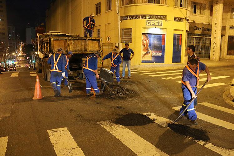 Equipes da Secretaria de Serviços Públicos realizaram os serviços de tapa-buracos em trechos das ruas Paula Xavier, Augusto Ribas, entre outras vias centrais