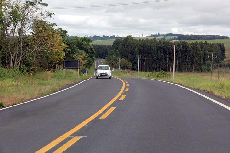 O DER-PR está investindo na revitalização de duas importantes rodovias em Ponta Grossa: na PR-438, entre o entroncamento com a PR-151 até o distrito de Guaragi, e a recuperação e conservação do pavimento na PR-151, a partir do trevo do Vendrami até o acesso ao aeroporto municipal