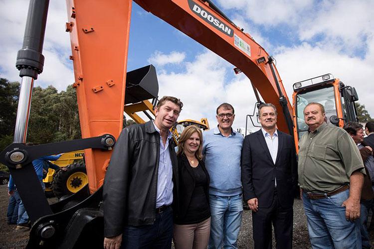 Dois conjuntos de máquinas que farão os serviços de adequação de estradas rurais atenderão diversos município dos Campos Gerais