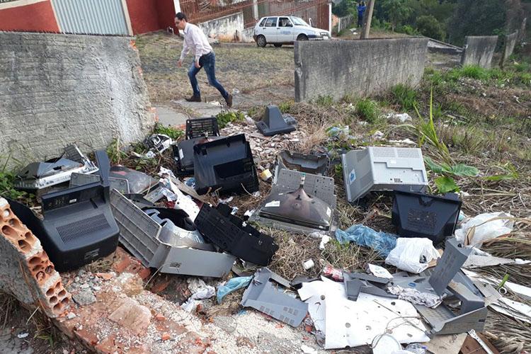 O descarte irregular de lixo, além de causar danos ao meio ambiente, é crime determinado por lei, e pode render multa de, no mínimo, R$ 5 mil