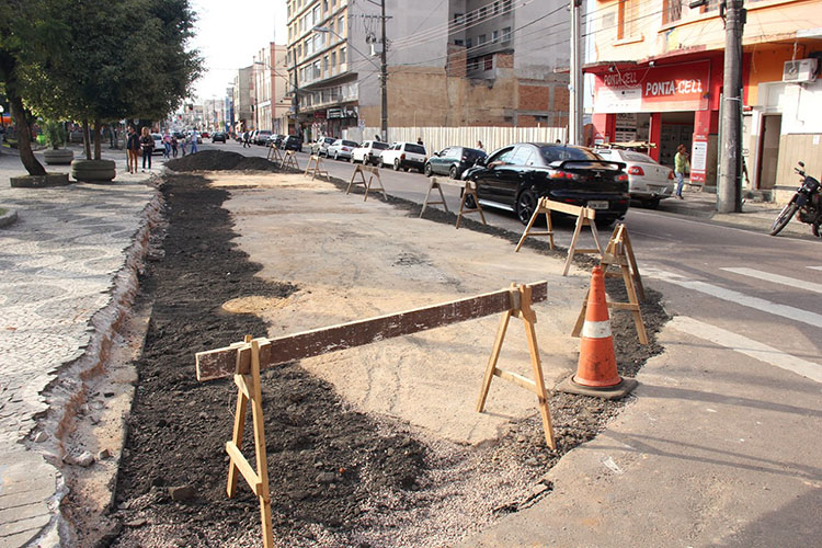 Está sendo feita a retirada de parte do passeio da Praça Barão do Rio Branco – no ponto em frente ao Obelisco – para posteriores adequações necessárias e implantação de sinalização