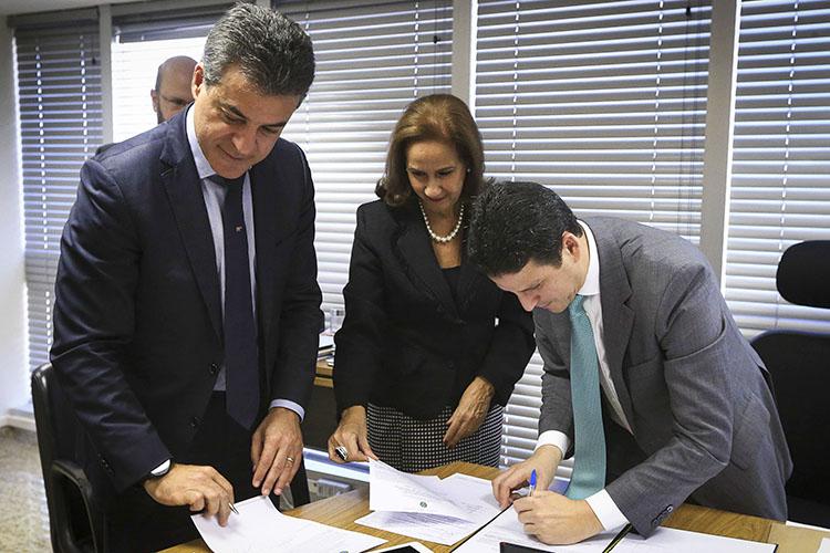 O investimento beneficia mais 20 municípios e será feito com recursos do FGTS. O contrato para liberação dos recursos foi assinado pelo governador e o ministro das Cidades, Bruno Araújo, em Brasília. É a segunda etapa de um programa R$ 442,7 milhões