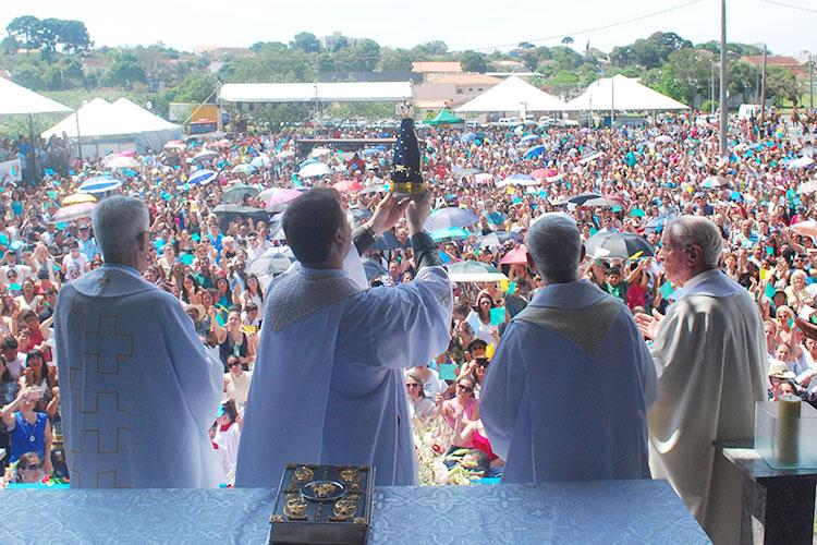 A procissão e a missa em homenagem à Nossa Senhora Aparecida atraíram 10 mil fiéis que homenagearam a padroeira do Brasil na quinta-feira, 12