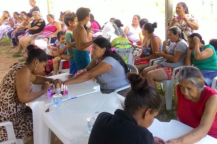 Durante toda a tarde, cerca de 50 mulheres puderam usufruir de serviços como manicure, pedicure, corte de cabelo e maquiagem