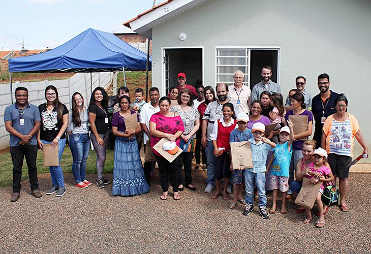"""Funcionários da Copel realizaram uma apresentação aos moradores que irão participar do projeto """"Cultivar Energia"""" para repassar informações sobre o uso compartilhado e seguro do ambiente"""